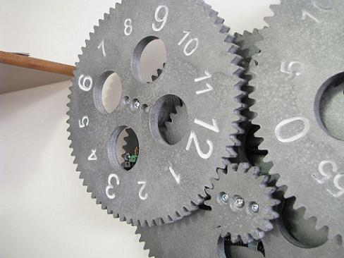 Reloj de pared hecho con piñones y un motor paso a paso