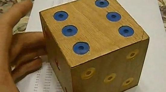 Caja con apertura secreta y forma de dado