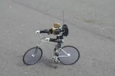 Robot bípedo paseando en bicicleta