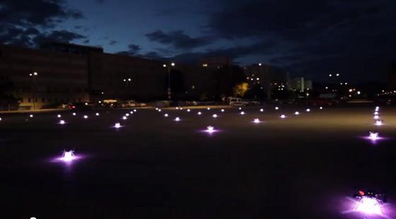 49 quadcopters en formación nocturna