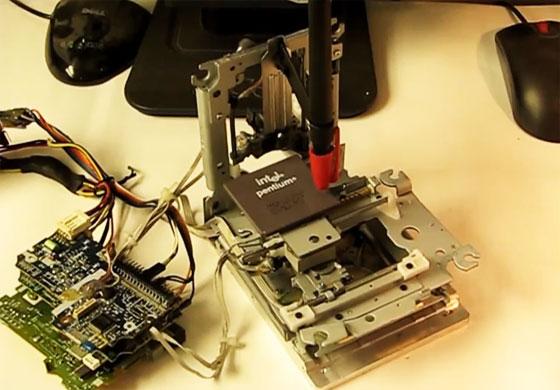 CNC miniatura hecha con piezas de disqueteras