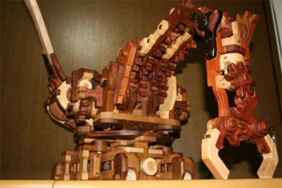 Brazo robot hecho de madera