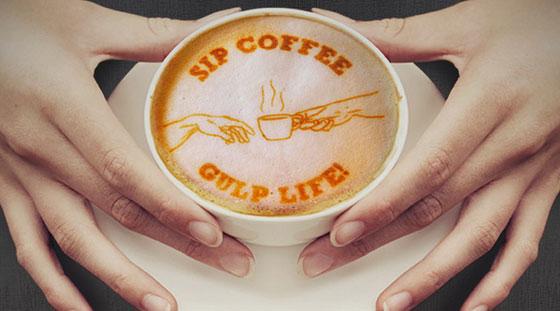 Imprimiendo imágenes sobre la espuma del café