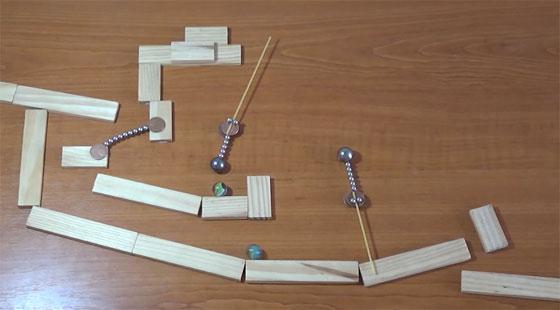 Máquina de Rube Goldberg con imanes y canicas
