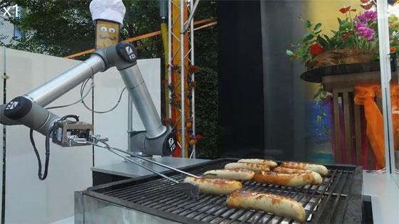 Brazo robot para girar las salchichas en la parrilla