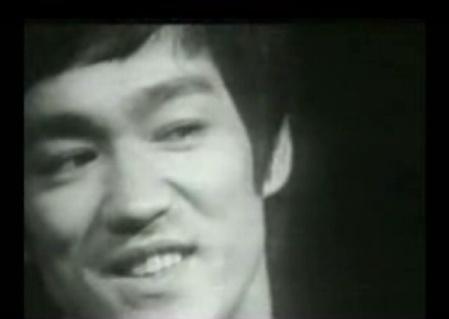 (Video) Bruce Lee: Mas duro quel acero con carbono aligerado