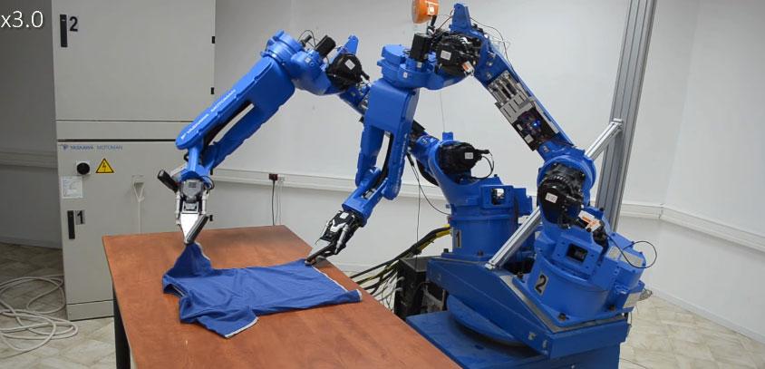 Doblando ropa con dos brazos robots industriales