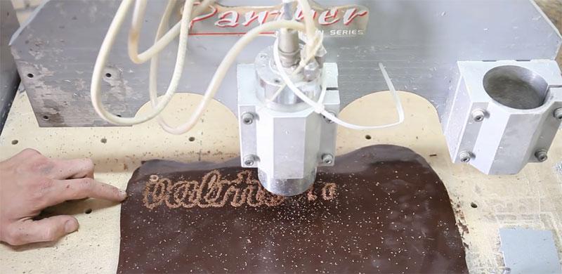 Cortando chocolate con una máquina CNC