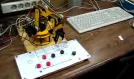 Brazo robot que juega al tres en raya